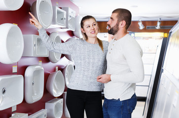 couple buying washbasin