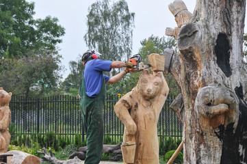 Homem, artesão, esculpindo um tronco de madeira
