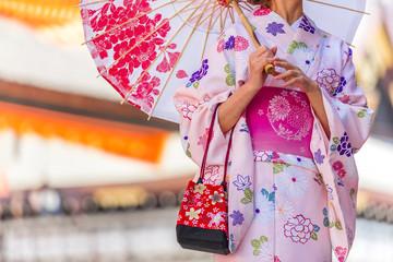 和傘をさす浴衣女性