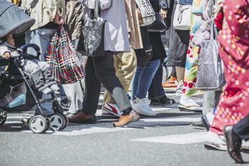 横断歩道を渡る人の足元