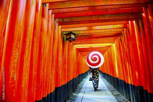 伏見稲荷大社 千本鳥居 和傘をさす女性fotoliacom の ストック写真と