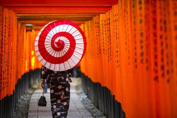 伏見稲荷大社 千本鳥居 和傘をさす女性