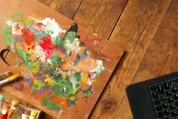 パレット・絵筆・絵の具・ノートパソコン - Palette, paintbrushes, and paint tubes with notebook computer on wood background
