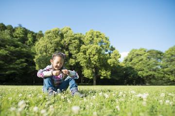 芝生に座る女の子