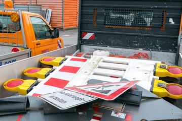 Bauschilder auf einem Transporter