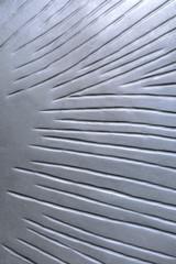 Abstraktes Muster einer silbernen Metallplatte mit Riefen