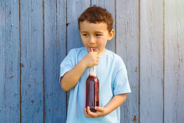 Kind kleiner Junge trinkt Cola Limonade trinken Textfreiraum Copyspace draußen