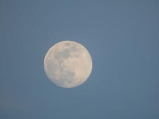 Luna llena desde Llabia, pueblo de Torroellla de Montgri en el Emporda  en Gerona, Costa Brava (Cataluña,España)