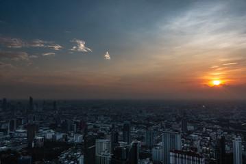 Bangkok mit untergehender Sonne (Panorama von Aussichtsturm)