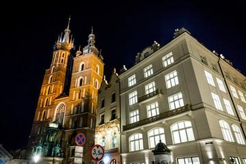 Basilique Sainte-Marie sur la Place Rynek Głowny à Cracovie de nuit
