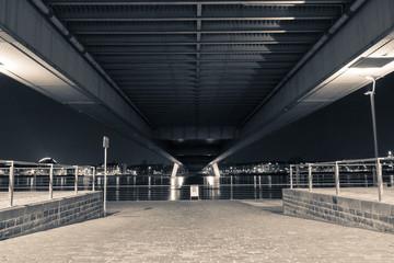 Unter den Brücken Kölns