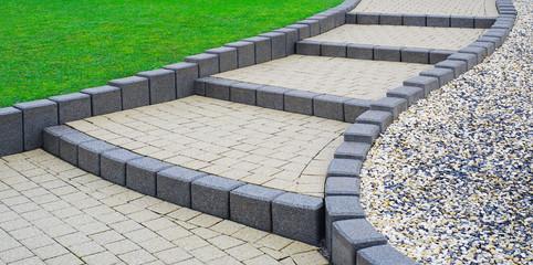 Flache Außentreppe Gartentreppe aus Betonsteinpflaster - Flat external stairs Garden stairs made of concrete block paving