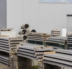 Bau Materiallager Mit Betonfertigteilen Und Industriehalle Aus Trapezblech    Construction Material Warehouse With Precast Concrete Parts