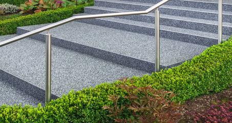 Moderne Außentreppe mit Beschichtung aus Steinteppich und Edelstahlgeländer - Modern outdoor stairs with coating of stone carpet and stainless steel railing