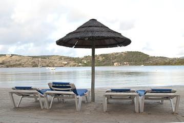 palapa et chaise sur la plage
