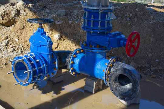 Construction of main City water supply pipeline. 500mm large water pipeline with gate valves, 250mm branch. Pipes joined with new blue Gate valves and new black multi joint members.