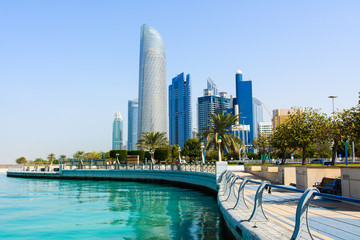 Photo sur Plexiglas Abou Dabi Modern buildings of downtown Abu Dhabi view from the walking area by the seaside