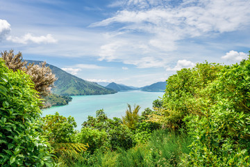 Queen Charlotte Sounds, Pelorus, Marlborough, New Zealand: Amazing lake view countryside charming landscape on south island with blue water bay and green grass mountain range between Picton and Nelson