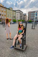 Femme et fillette au ghetto heroes square dans l'ancien quartier du ghetto Juif de Cracovie
