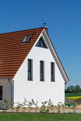 Fassade einen neuen Hauses an einem schönen Sommertat
