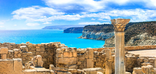 Poster Ruine Ancient temples and turquoise sea of Cyprus island