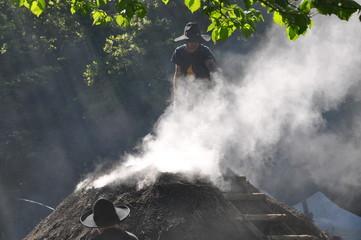 Köhler arbeitet am traditionellen Holzkohlemeiler zu Herstellung von Holzkohle aus Buchenholz