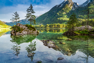 Spring sunrise at Hintersee lake in Alps, Germany 壁紙(ウォールミューラル)