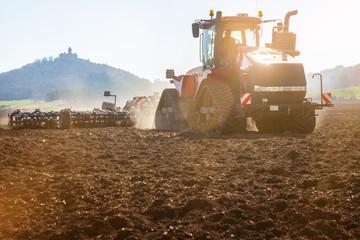 Traktor mit Pflug, Kettenschlepper in der Modernen Landwirtschaft