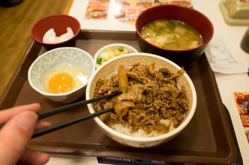 牛丼屋で朝食。安上がりな一人暮らしの食生活イメージ