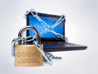 DSGVO Datenschutz Grundverordnung auf Schloss vor Computer Laptop