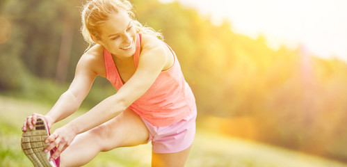 Frau beim Stretching vor dem Jogging