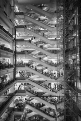 Les escalators d'un très grand magasin