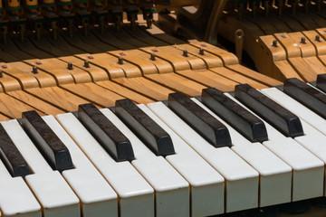 Details einer alten und verstaubten Klaviatur / Tasten eines Klaviers