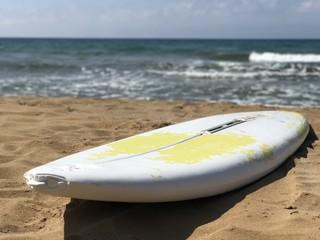 tavola da windsurf abbandonata