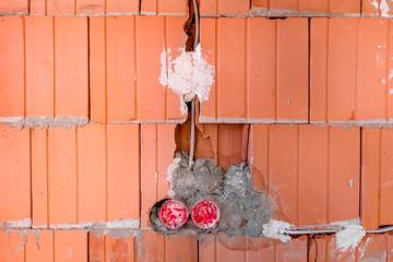 Baustelle Rohbau Mauer mit Kabel unterputz