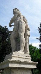 Statua nel parco in Primavera