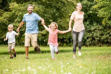 Glückliche Familie und Kinder zusammen im Garten