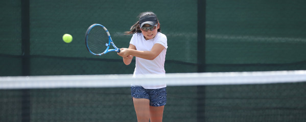 女子ジュニアテニスプレイヤー