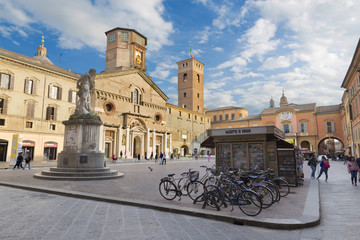 Fotomurales - REGGIO EMILIA, ITALY - APRIL 13, 2018: Piazza del Duomo square.