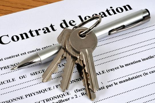 Clés posées sur un contrat de location