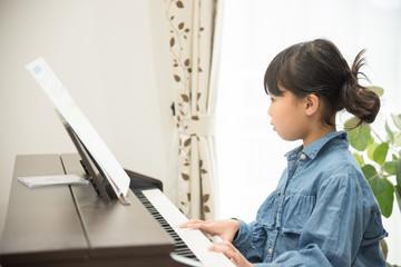 ピアノの練習をする女の子