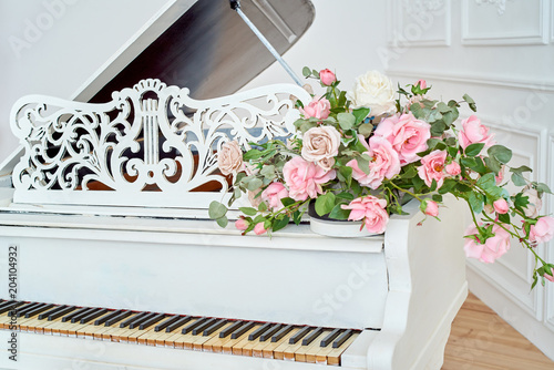 """""""White grand piano with rose flowers, copy space"""" Stock ..."""