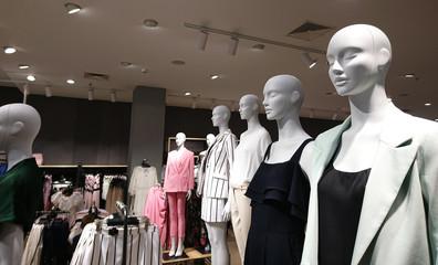 Fototapeta pokazywanie manekinów w sklepie z odzieżą  obraz