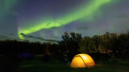 Camping, Zelt und Abenteuer unter dem Polarlicht