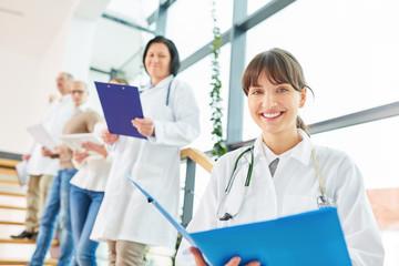Junge Frau als Arzt oder Krankenschwester