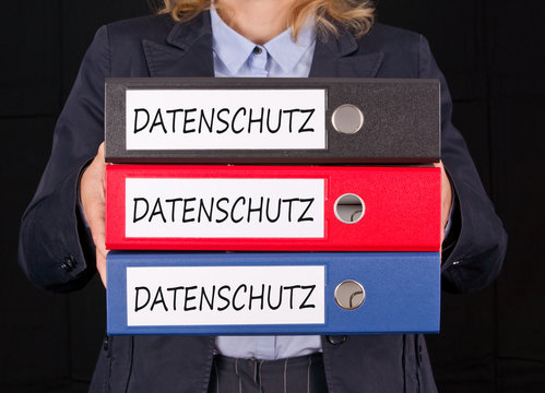 Datenschutz, Datenschutzrichtlinie, DSGVO, Datenschutzgrundverordnung, Frau mit Akten im Büro