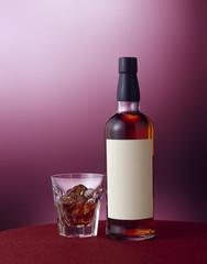 白いラベルのウイスキーボトル (White label whiskey bottle)