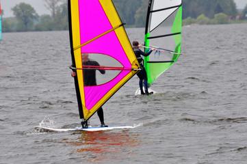 Windsurfen, Surfer gleiten über das Wasser