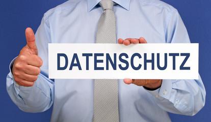 Datenschutz, DSGVO, Datenschutzgesetz - Mann mit Schild und Daumen hoch