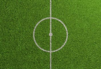 Mittellinie auf Rasen von Fußballfeld